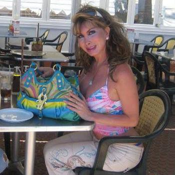 TS Cristal im sportlichem Sommeroutfit sitzend in einem Café