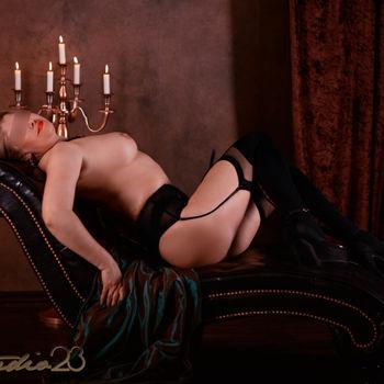 Dyana zeigt liegend in schwarzer Wäsche ihre traumhaften Kurven