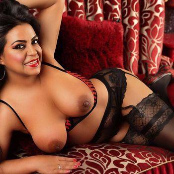 Angela in sexy Wäsche und Strapsen, schenkt dir ein hinreissendes Lächeln