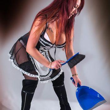 Sexy Zimmermädchen Enrika greift zu Handfeger und Schaufel