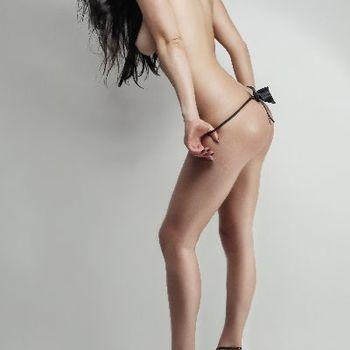 Die schöne, schlanke Ewa stehend wie sie sich den Slip herunter zieht