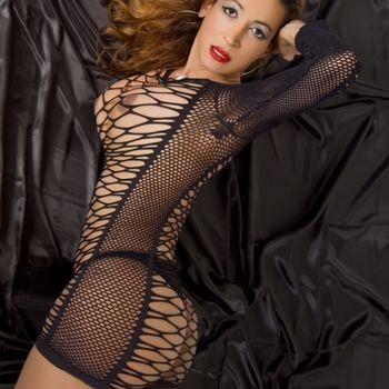 TS Agatha in schwarzem Netzoutfit posiert seitlich und zeigt ihre schöne, große Brust.