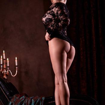 Dyana stehend, zeigt ihre langen Beine und ihren schönen Hintern
