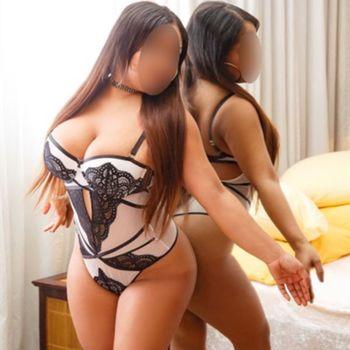 Die sexy Latina Ruby zeigt ihre Kurven in einem weißen Body.