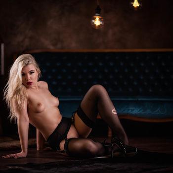 Sophie Teen mit verführerischem Blick, nackt mit Strümpfen auf dem Boden