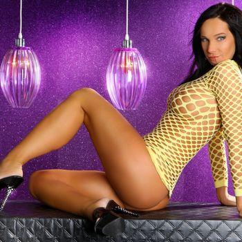 Martina zurückgelehnt mit nacktem Po im gelben Netzoberteil