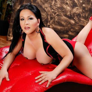 Latina TS Victoria rekelt sich heiss auf einer Liege