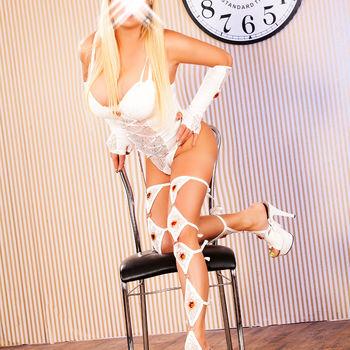 Anja ist schlank und bildhübsch in ihrer weißen Wäsche